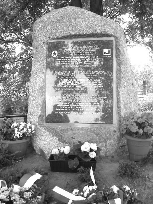 Tablica pamięci amerykańskich żołnierzy. Polegli: Richard C. Berryman - pilot, Norman. B. Dahlin - strzelec ogniowy, Leslie C. Chavet - radiooperator i Michael J. Jr. Riley - boczny strzelec