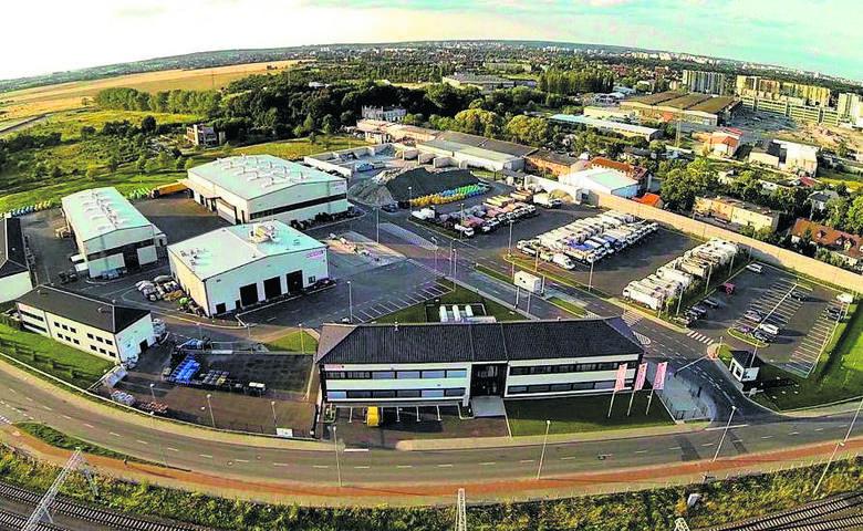 Firma posiada bardzo nowoczesną i rozbudowaną bazę w Szczecinie i Świnoujściu. W stolicy regionu park maszynowy stanowią 62 specjalistyczne pojazdy
