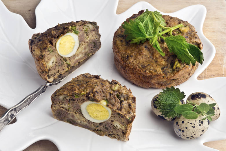 Przepis na pasztet z jajkiemSkładniki:500 ml bulionu drobiowego 150 g łopatki wieprzowej150 g mięsa z kurczaka150 g wołowiny150 g wątróbki drobiowej4
