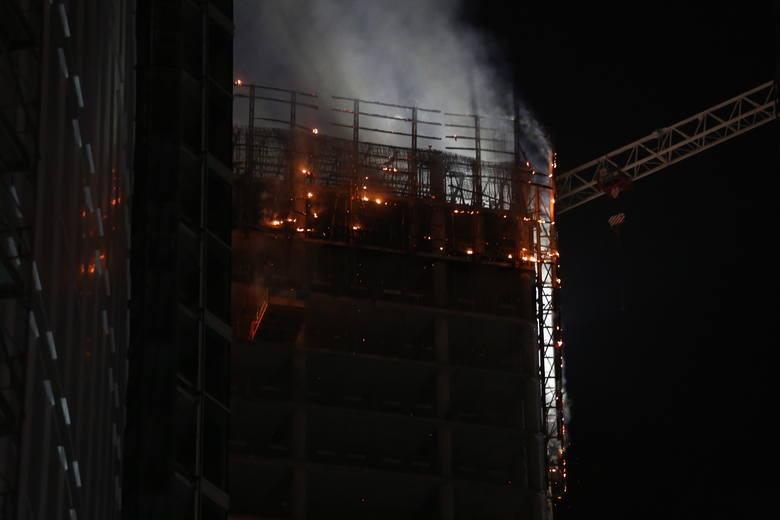 Warszawa: Pożar Warsaw Hub [ZDJĘCIA] [WIDEO] Palił się jeden z najdroższych wieżowców w Warszawie, akcja strażaków w nocy 8/9.06