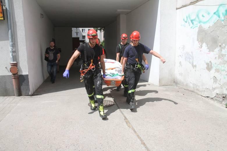 Otyła pacjentka nie zmieściła się do karetki. Z mieszkania wyciągali ją strażacy, do szpitala zawiózł autobus [ZDJĘCIA]