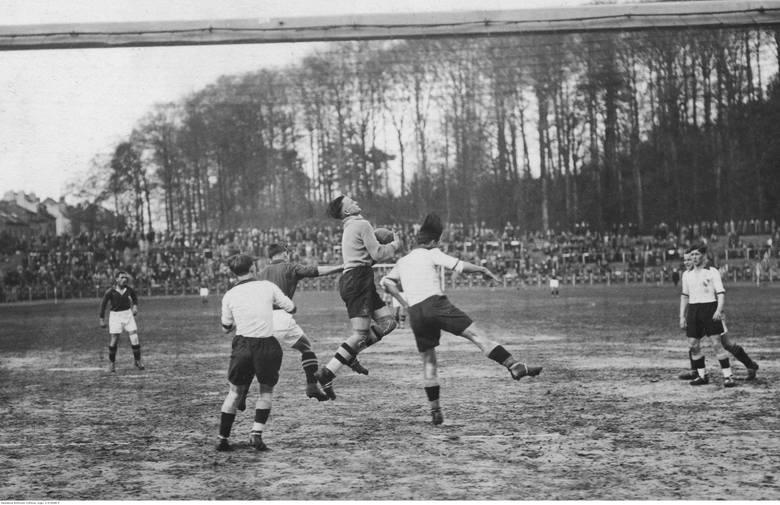 Mecz piłki nożnej Wisła Kraków - Duisburg w BrukseliFragment meczu, piłkarze obu drużyn w walce o piłkę.