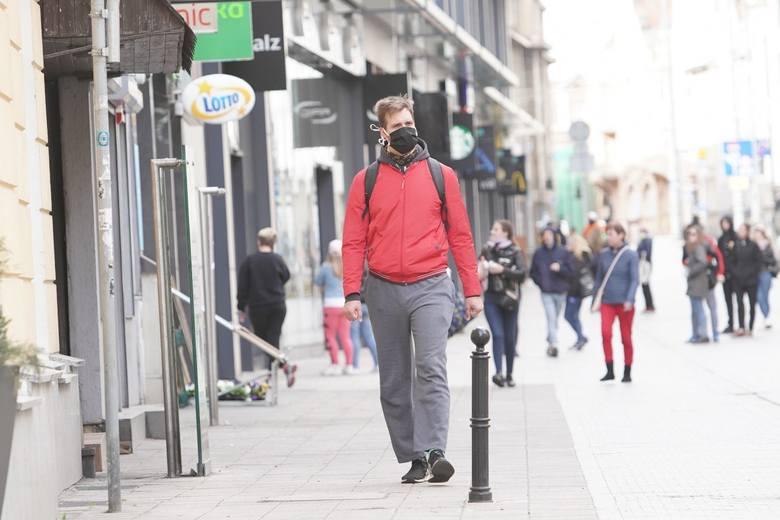 Przypomnijmy, że od 16 kwietnia rząd wprowadził obowiązek zasłaniania ust i nosa w miejscach publicznych - np. sklepach czy aptekach. Dodatkowo te obostrzenia