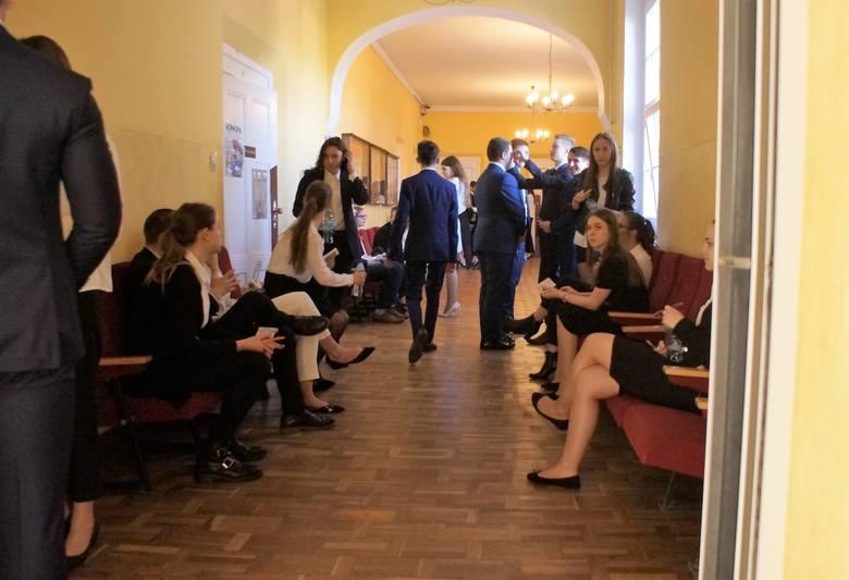 Wystartowały tegoroczne egzaminy maturalne. Jako pierwszy, tradycyjnie, pisemny z języka polskiego. 6 maja, tuż przed godziną 9 z aparatem fotograficznym