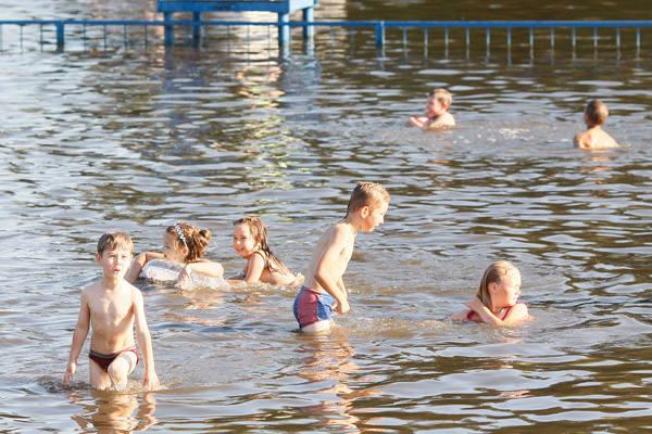 Słońce i wysoka temperatura sprawiły, że chętnych na kąpiel w Stawach Jana nie brakowało.