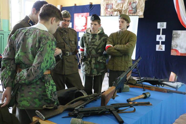 Żywa Lekcja Historii zaczęła się już w ubiegłą sobotę. Wtedy to uczniowie bawili się w podchody wykorzystując zdobytą wiedzę na temat Żołnierzy Wyklętych.