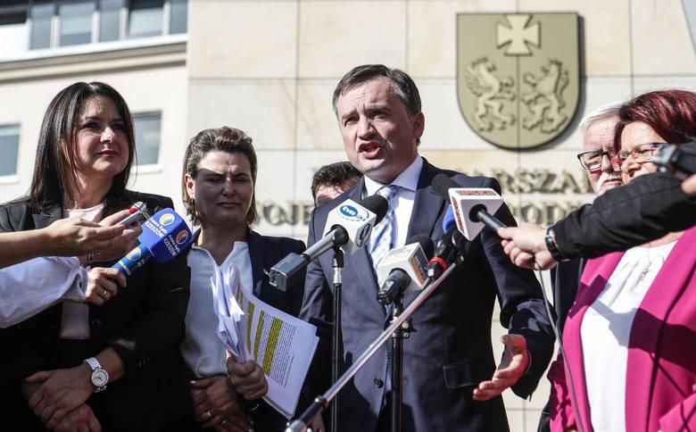 - Zapewniam, że Polska ma się dobrze w Unii Europejskiej – powiedział w Rzeszowie Zbigniew Ziobro, odnosząc się do komentarzy sugerujących, że jego wniosek do Trybunału Konstytucyjnego może być początkiem procesu opuszczania przez Polskę Unii Europejskiej. <br /> <br /> <script...