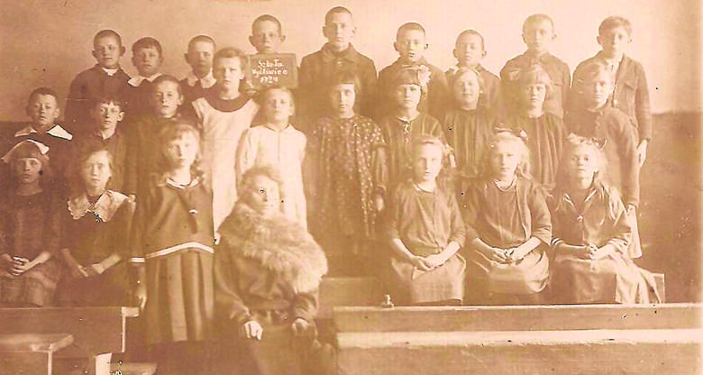 Pani Michalina, wówczas Jurekówna ze swoimi uczniami w szkole w Myśliwcu, w powiecie wąbrzeskim. Często ciepło wspominała pracę z dziećmi w Myśliwcu, serdeczność mieszkańców i dobre rezultaty nauczania dzieci