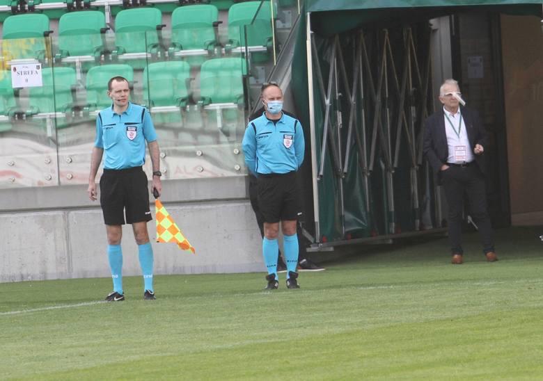 Z uwagi na epidemię koronawirusa, mecze piłkarskie rozgrywane są przy zachowaniu reżimów sanitarnych. Nie inaczej było w trakcie meczu Stali Stalowa