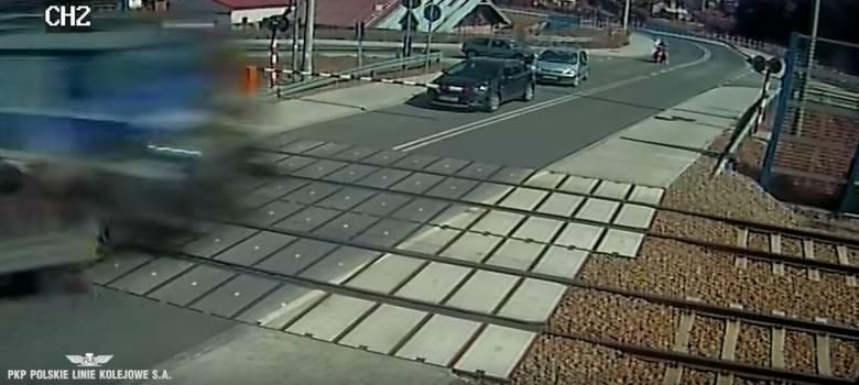 Wypadek na przejeździe kolejowym w Woli Rzędzińskiej, który miał miejsce pod koniec maja 2018 roku. Kierowca samochodu dostawczego z niewyjaśnionych