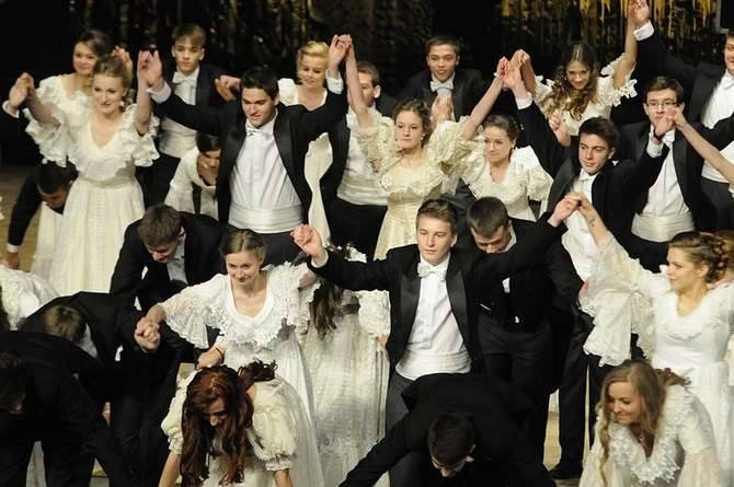 Tak poloneza tańczyli przed rokiem uczniowie I LO w Bydgoszczy. Studniówka odbyła się w Operze Nova.