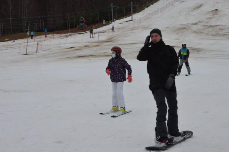 W piątek, 4 grudnia otwarty został stok narciarski w Bałtowskim Kompleksie Turystycznym. Przez cały weekend zjeżdżali tam miłośnicy nart i snowboardu,