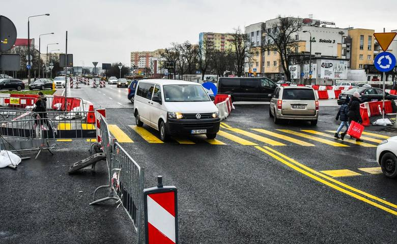 Zgodnie z zapowiedziami, wykonawca przebudowy ulicy Kujawskiej, przed przystąpieniem do kolejnego etapu robót, wprowadził zmiany wokół ronda Kujawskiego.