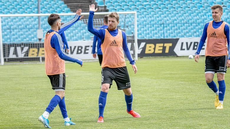 Wiele kontraktów w PKO Ekstraklasie wygaśnie 30 czerwca 2020 roku. Część piłkarzy podpisała aneksy (by grać do 19 lipca, czyli do zakończenia sezonu),