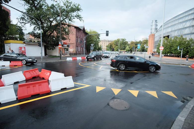 Nowa organizacja ruchu w centrum Poznania sprawia kierowcom wiele kłopotów
