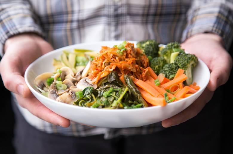 By dieta była odpowiednio zbilansowana, a więc zapewniała w odpowiednich proporcjach proteiny, węglowodany i tłuszcze, należy szykować posiłki w następujący