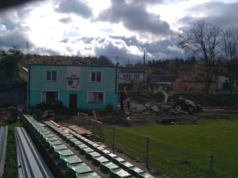 Trwa intensywny remont stadionu Polonii w Iłży. O budynku klubowym pisaliśmy niedawno, ale warto dodać, że wkrótce rozebrana zostanie historyczna trybuna
