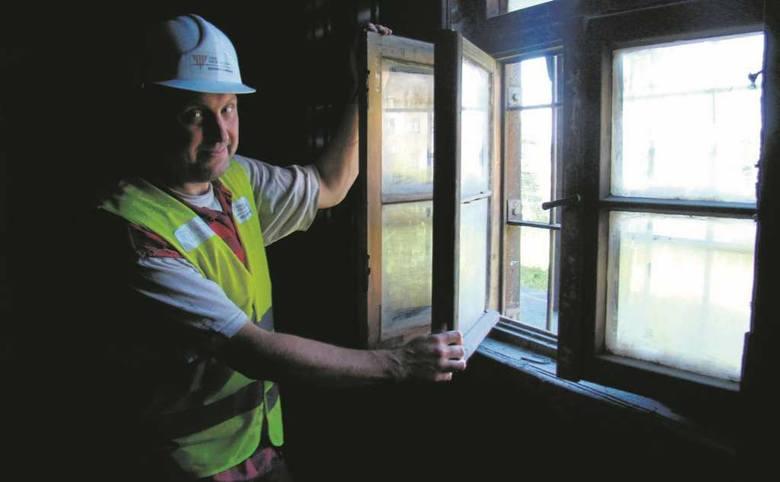 Dagmar Kopijasz przy jednym z okien zaplecza kantyny. Mimo upływu 76 lat i braku konserwacji wciąż drewno i zamki są w całkiem dobrym stanie. Wewnątrz jest wiele elementów, których trwałość zaskakuje
