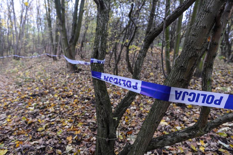 Na miejscu znalezienia ciała od kilku godzin pracują duże siły policji i prokurator.