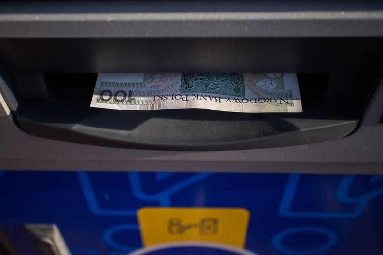 Twoje konto w banku nie działa? Masz problem z dostępem do swoich pieniędzy? Nie możesz płacić kartą? Klienci największych banków w Polsce muszą uzbroić