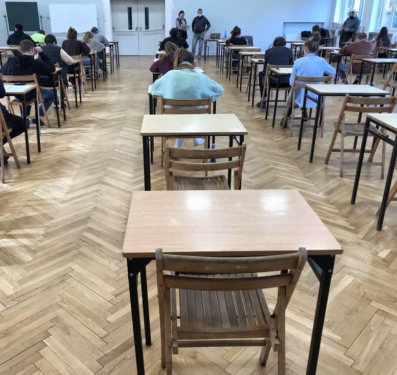 Tegoroczna matura ma się rozpocząć 4 maja. Resort edukacji zapowiedział ułatwienia dla maturzystów, którzy zdalnie muszą przygotowywać się do egzaminu.