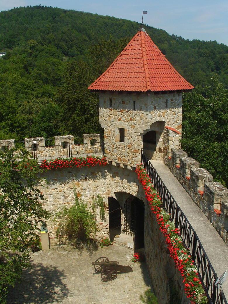 Dziedziniec w zamku Tropsztyn