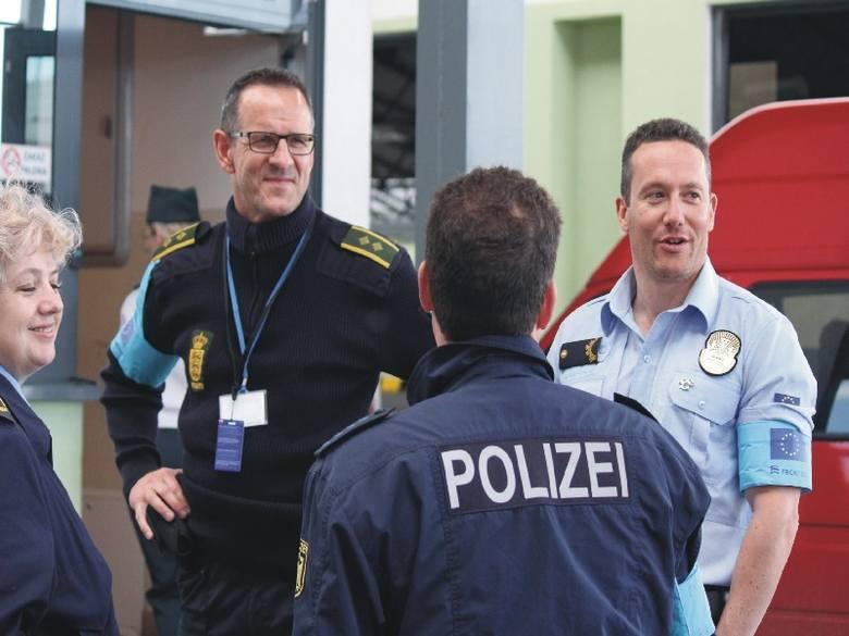 Europa na granicy w Medyce. Od lewej funkcjonariusza ukraińska oraz policjanci duński, niemiecki i portugalski.