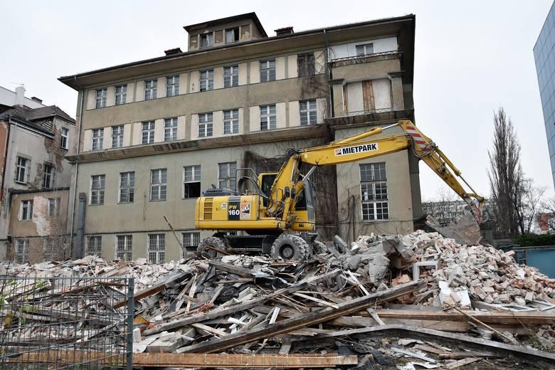 Budynek znajdował się na tyłach gmachu, w którym niegdyś mieściła się siedziba banku PKO, a który obecnie jest własnością firmy Itaka. Biuro podróży