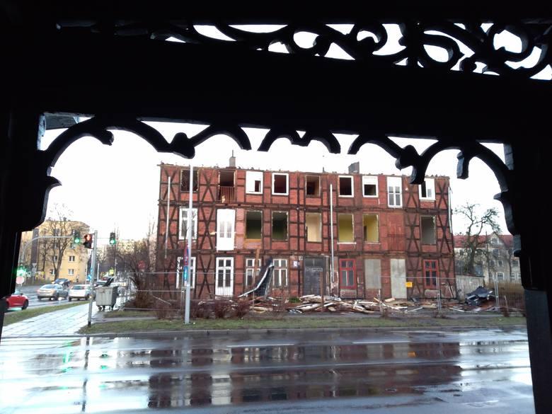 Kto wpadł na pomysł, aby przy Grudziądzkiej 62 zburzyć budynek i pomiędzy ruchliwymi arteriami zrobić parking? Przecież w takim miejscu będzie dochodziło