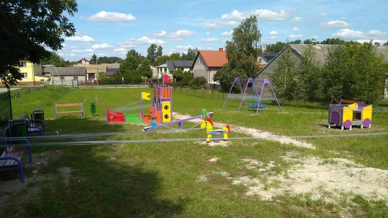 Nowo wybudowany plac zabaw w Mokrsku Dolnym