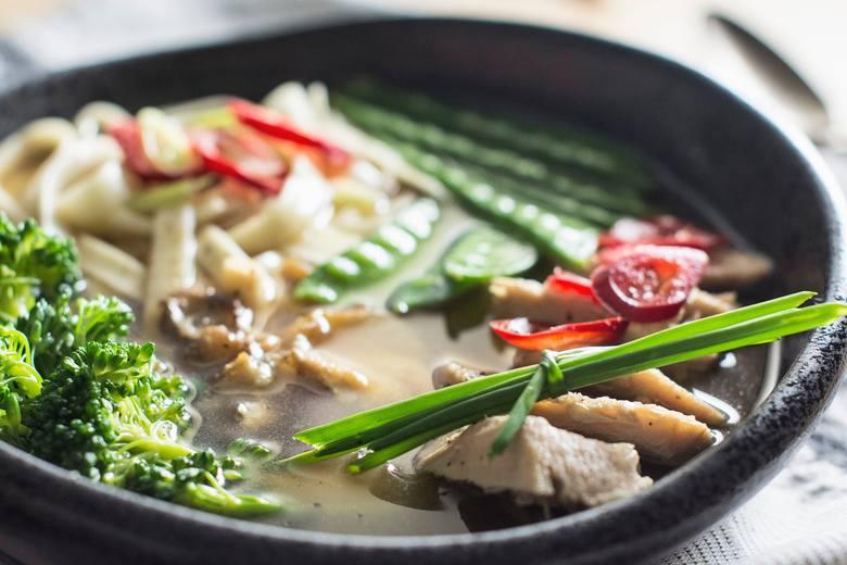 Odchudzająca dieta zupowa stosowana dłużej niż 2 tygodnie powinna uwzględniać białkowe dodatki, a wśród nich może znaleźć się mięso.