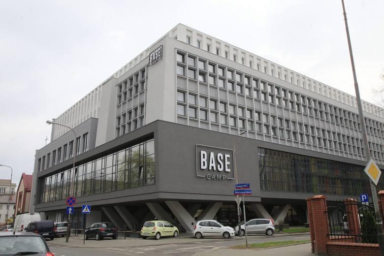 W Łodzi oddano do użytku pierwszy w Polsce dom dla studentów BaseCamp. Powstał w budynku starej drukarni przy ul. Rewolucji 1905 r. 45 i zachował jej