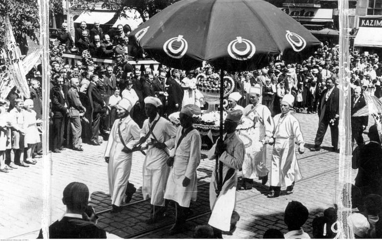 Wielki tort przygotowany przez toruńskich cukierników z okazji święta rzemiosła pomorskiego w 1935 roku