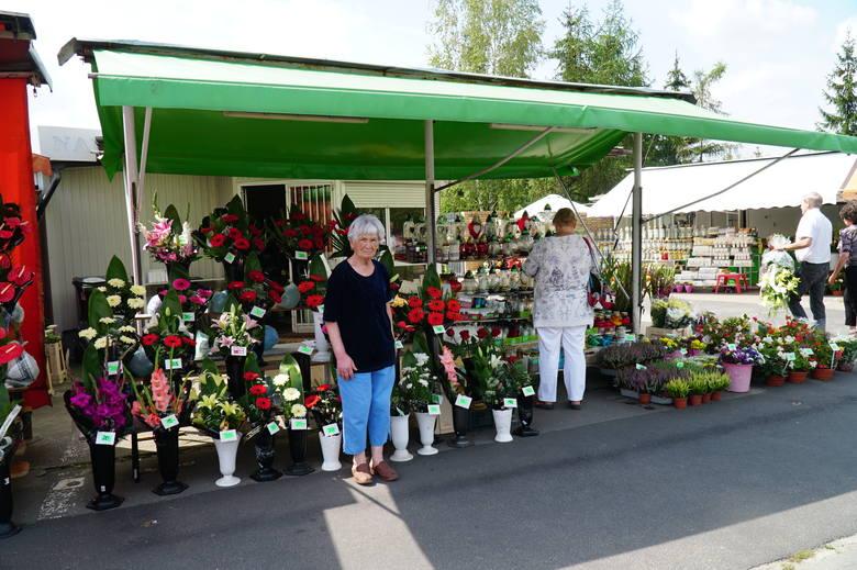 Sprzedawcy tłumaczą, że wejściem nr 6 na cmentarz na Junikowie wchodzi się na większość pogrzebów. Stąd ich obecność tutaj jest korzystna dla klientów. To wśród nich zbierają podpisy pod petycją o pozostanie pawilonów.