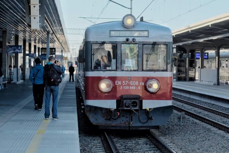 Żadna podróż nie jest tak wygodna jak podróż pociągiem - twierdzi PKP Intercity. Pociągi dojeżdżają do centrum miasta i nie stoją w korkach; można wygodnie