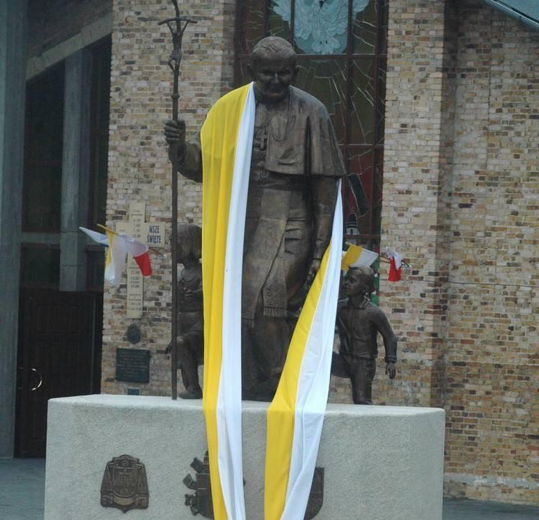 W różny sposób pamiętamy i czcimy pamięć o Janie Pawle II - grając jego ulubioną pieśń Barkę z sulechowskiego ratusza, stawiając pomniki czy nazywając