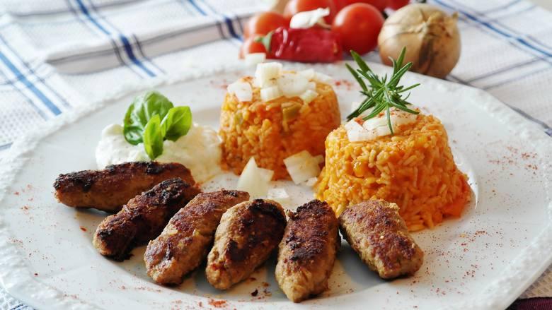 Składniki:> 500 g mięsa mielonego wieprzowo-wołowego,> 1 czerwona cebula, > 2 ząbki czosnku,> 1/4 czerwonej papryki,>