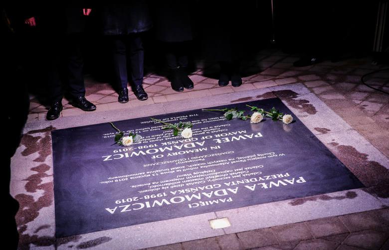 Rocznica ataku na prezydenta Gdańska. Pamiątkowa tablica, podświetlony krzyż i niezwykły tunel światła [zdjęcia, wideo]