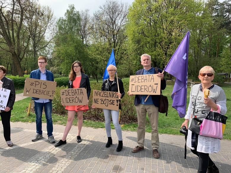 Przed budynkiem filharmonii przy ul. Podleśnej w Białymstoku, gdzie odbył się konwent, manifestowało około dziesięciu działaczy Partii Wiosna, a także