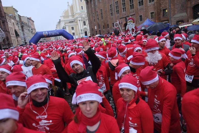 Już po raz 18. na toruńskich ulicach odbędzie się Półmaraton Świętych Mikołajów. To jednak nie wszystko - w niedzielę na biegaczy czekają także dystanse