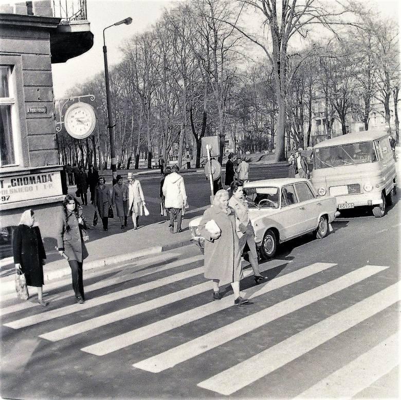 Wiosną 1974 roku  pod zegarem na rogu alej Wojska Polskiego i H. Sienkiewicza
