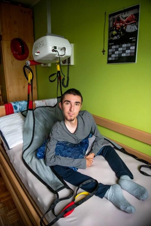 Teraz, niepełnosprawnym synem i mężem z chorobą Parkinsona zajmuje się Joanna Biernacik. To dla niej Mateusz marzy o większym mieszkaniu. <br /> <br /> <strong>Przejdź do kolejnego zdjęcia ---></strong>
