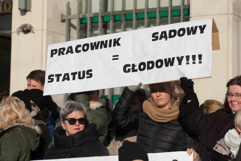 Chaos i odwołane rozprawy w sądach - to efekt protestu pracowników. Żądają podwyżek