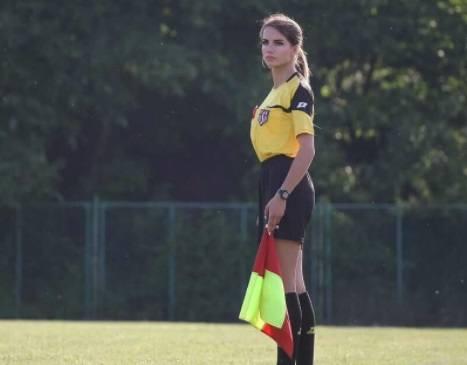 Karolina Bojar ma 20 lat i sędziuje mecze w niższych ligach w woj. małopolskim. Zobaczcie jej zdjęcia z boiska i nie tylko.Zobacz także: Najseksowniejsza