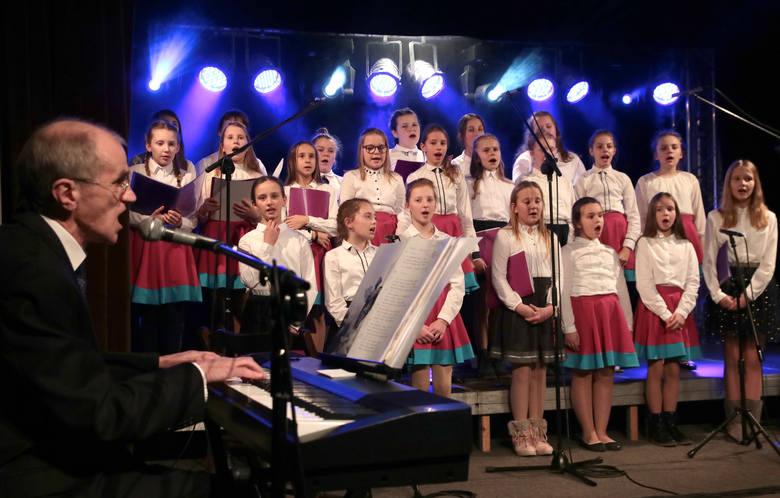 """Niesamowity koncert o tematyce świątecznej w chóru szkolnego """"Serduszka"""" ze Szkoły Podstawowej w Wałdowie Szlacheckim pod kierunkiem Krzysztofa Zaremby."""