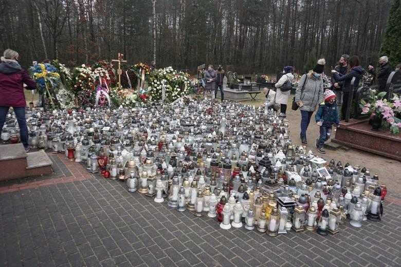 Około czterystu osób przyjechało w sobotę 17 kwietnia na cmentarz w Grotnikach, by przy grobie Krzysztofa Krawczyka zapalić znicze.Zobacz ZDJĘCIA na