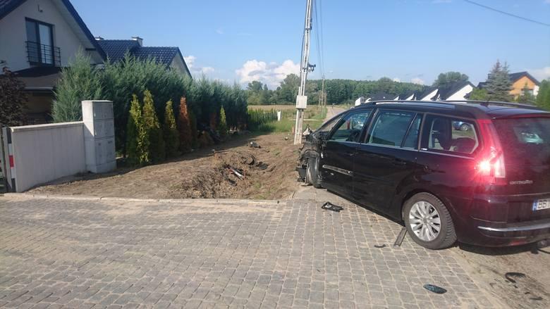 Kierowca jednośladu oraz pasażerka samochodu zostali zabrani do szpitala.
