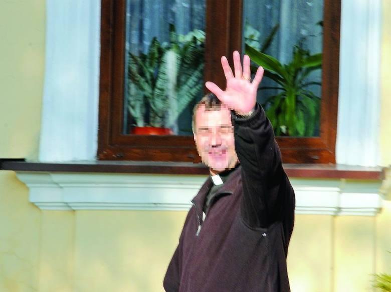 """Proboszcz z Czernikowa nocował na """"dołku"""" i ma zarzuty! """"Pozabijam was"""" - krzyczał do protestujących, z bronią w ręku"""