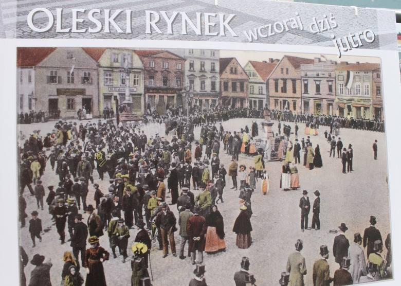 """""""Rynek w Oleśnie kiedyś i dziś"""" - tak nazwana jest wystawa uliczna, którą można oglądać na stelażach ustawionych na deptaku przy ul. Pieloka,"""