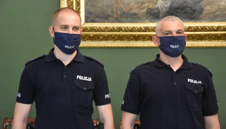 Kraków. Policjanci pomogli 90-letniej kobiecie zakażonej koronawirusem